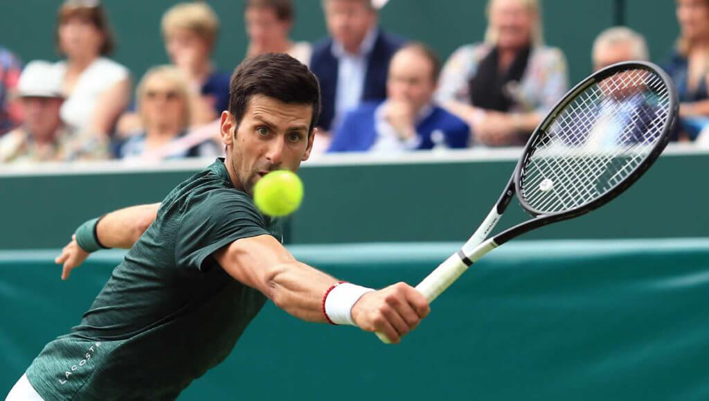 Novak Djokovic spielt eine Rückhand
